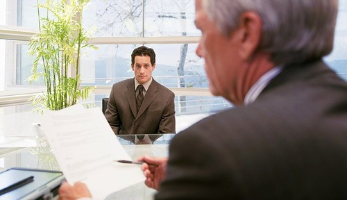 """Ứng cử viên nhìn nhà tuyển dụng, nhà tuyển dụng nhìn vào hồ sơ, tờ hồ sơ hướng về phía người nhân viên. Tất cả tạo nên một """"dòng chảy"""" khép kín."""